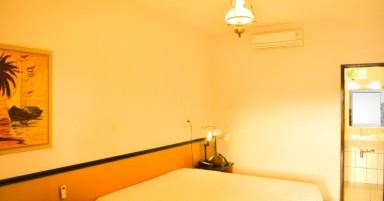 O hotel tem um total de 49 suítes com ar, televisão, frigobar e telefone